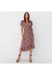 Mohito - Kopertowa sukienka midi - Różowy. Kolor: różowy. Typ sukienki: kopertowe. Długość: midi