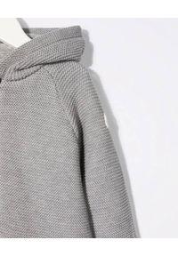 MONCLER KIDS - Dzianinowa bluza z kapturem 0-3 lat. Typ kołnierza: kaptur. Kolor: szary. Materiał: dzianina. Długość rękawa: długi rękaw. Długość: długie. Wzór: ze splotem, aplikacja. Sezon: lato