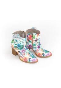 Zapato - kowbojki na obcasie - skóra naturalna - model 471 - kolor kwiatek. Materiał: skóra. Wzór: kwiaty. Obcas: na obcasie. Wysokość obcasa: średni