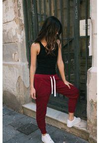 MUUV - Spodnie Sneaker Girl. Kolor: czerwony. Materiał: bawełna