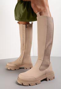 Renee - Beżowe Kozaki Emmanuel. Nosek buta: okrągły. Zapięcie: zamek. Kolor: beżowy. Materiał: materiał. Szerokość cholewki: normalna. Wzór: kwiaty. Styl: klasyczny