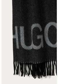 Szary szalik Hugo z nadrukiem