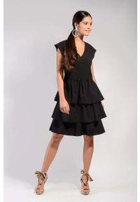 Czarna sukienka wizytowa Nommo z falbankami, w kwiaty