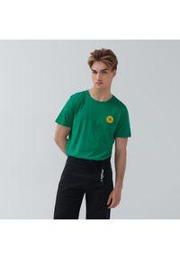 House - Bawełniana koszulka z naszywką - Zielony. Kolor: zielony. Materiał: bawełna. Wzór: aplikacja