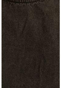 Jacqueline de Yong - Sukienka. Okazja: na co dzień. Kolor: szary. Materiał: tkanina. Długość rękawa: długi rękaw. Wzór: gładki. Typ sukienki: proste. Styl: casual