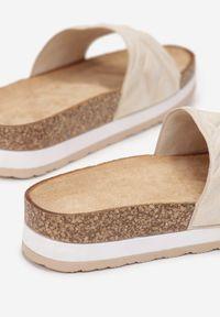 Born2be - Beżowe Klapki Gildal. Nosek buta: okrągły. Kolor: beżowy. Materiał: zamsz, guma. Wzór: geometria, aplikacja. Sezon: lato