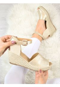 Złote sandały eVento na koturnie