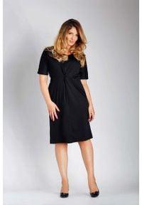 Nommo - Czarna Dopasowana Sukienka z Ozdobnym Marszczeniem PLUS SIZE. Kolekcja: plus size. Kolor: czarny. Materiał: bawełna, poliester. Typ sukienki: dla puszystych