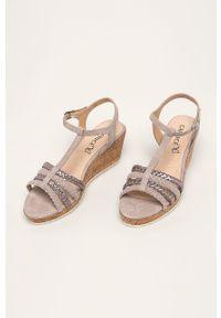 Fioletowe sandały Caprice na klamry, na średnim obcasie, na koturnie