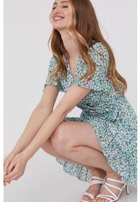 Answear Lab - Sukienka. Okazja: na co dzień. Kolor: zielony. Materiał: tkanina. Długość rękawa: krótki rękaw. Typ sukienki: proste. Styl: wakacyjny