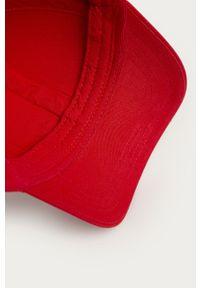 Czerwona czapka z daszkiem Hugo z aplikacjami