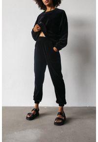 Marsala - Spodnie typu jogger wykonane z weluru w kolorze CZARNYM - DISPLAY VELVET BY MARSALA. Stan: podwyższony. Kolor: czarny. Materiał: welur. Styl: klasyczny, elegancki