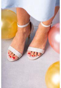 Casu - Szare sandały szpilki błyszczące z zakrytą piętą paskiem wokół kostki ze skórzaną wkładką casu a20x2/s. Zapięcie: pasek. Kolor: szary. Materiał: skóra. Obcas: na szpilce