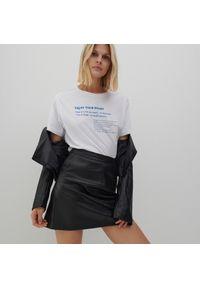 Reserved - Bawełniany t-shirt z napisem - Biały. Kolor: biały. Materiał: bawełna. Wzór: napisy