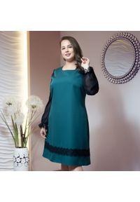 Zielona sukienka dla puszystych Moda Size Plus Iwanek elegancka, w koronkowe wzory