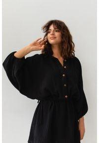 Marsala - Sukienka typu kimono z muślinu w kolorze czarnym - SAVANNAH BLACK BY MARSALA. Kolor: czarny. Materiał: bawełna. Sezon: wiosna, lato. Typ sukienki: proste