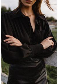 Marsala - Koszula z bufkami na ramionach czarna z prążkowaniem - LIBRE BLACK BY MARSALA. Okazja: do pracy, na imprezę, na spotkanie biznesowe. Typ kołnierza: kołnierzyk klasyczny. Kolor: czarny. Materiał: prążkowany. Wzór: gładki. Styl: klasyczny, retro, biznesowy
