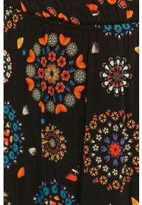 Desigual - Sukienka. Kolor: czarny. Materiał: tkanina
