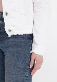 Born2be - Biała Kurtka Jeansowa Alexessei. Kolor: biały. Materiał: jeans. Długość rękawa: długi rękaw. Długość: długie. Wzór: aplikacja