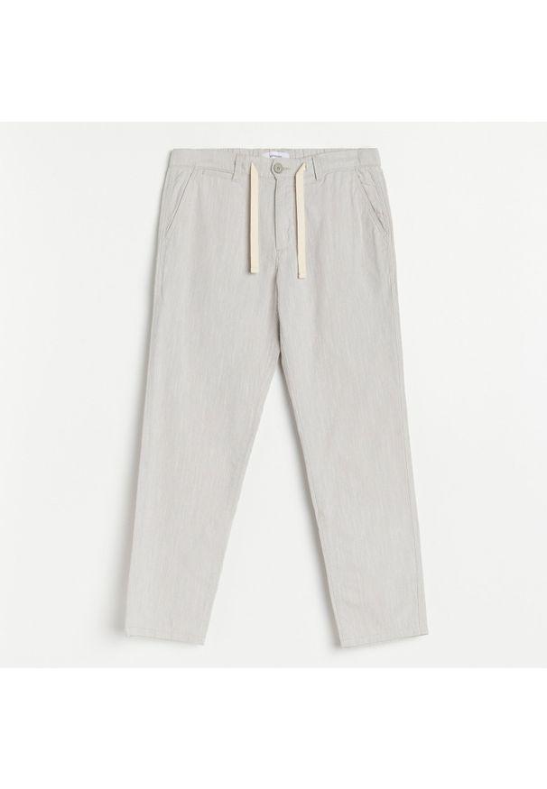 Reserved - Melanżowe spodnie regular fit - Jasny szary. Kolor: szary. Wzór: melanż