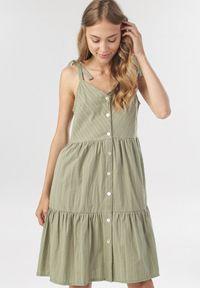 Born2be - Zielona Sukienka Nesareisis. Typ kołnierza: kokarda. Kolor: zielony. Długość rękawa: na ramiączkach. Sezon: lato. Styl: wakacyjny. Długość: mini
