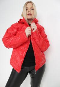 Born2be - Czerwona Kurtka Cecylia. Typ kołnierza: kołnierzyk stójkowy. Kolekcja: plus size. Kolor: czerwony. Materiał: tkanina. Wzór: napisy, nadruk
