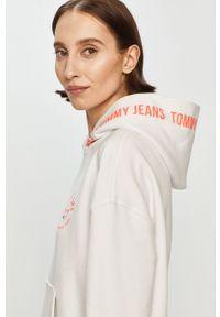 Tommy Jeans - Bluza bawełniana. Okazja: na co dzień. Typ kołnierza: kaptur. Kolor: biały. Materiał: bawełna. Długość rękawa: długi rękaw. Długość: długie. Styl: casual