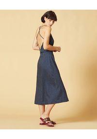 Manila Grace - MANILA GRACE - Granatowa sukienka z odkrytymi plecami. Typ kołnierza: dekolt na plecach. Kolor: niebieski. Materiał: tkanina, wiskoza, len, prążkowany. Długość rękawa: na ramiączkach. Sezon: lato. Długość: midi