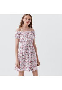 Cropp - Sukienka hiszpanka w kwiaty - Biały. Typ kołnierza: dekolt hiszpanka. Kolor: biały. Wzór: kwiaty