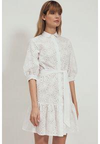 Nife - Bawełniana biała haftowana sukienka w kwiaty z falbaną. Kolor: biały. Materiał: bawełna. Wzór: haft, kwiaty
