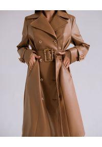 DOLLINA - Dwurzędowy płaszcz ze skóry wegańskiej. Kolor: brązowy. Materiał: skóra