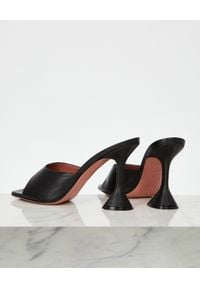 AMINA MUADDI - Czarne klapki Lupita. Kolor: czarny. Materiał: jeans. Obcas: na obcasie. Wysokość obcasa: średni