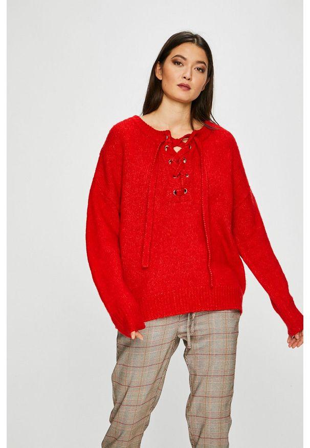 Czerwony sweter medicine z okrągłym kołnierzem