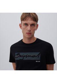 Reserved - T-shirt z metalicznym nadrukiem - Czarny. Kolor: czarny. Wzór: nadruk