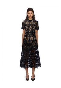 SELF PORTRAIT - Czarna koronkowa sukienka midi. Kolor: czarny. Materiał: koronka. Wzór: koronka, ażurowy, kwiaty. Typ sukienki: dopasowane, rozkloszowane. Długość: midi