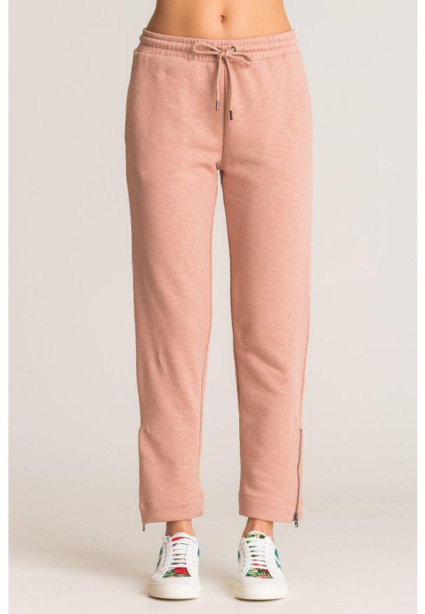 Różowe spodnie dresowe Emporio Armani z ozdobnymi zamkami. Kolor: różowy. Materiał: dresówka