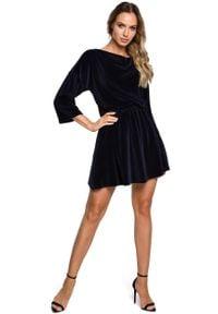 MOE - Rozkloszowana Welurowa Sukienka z Dekoltem Typu Woda - Granatowa. Kolor: niebieski. Materiał: welur