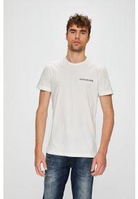 Calvin Klein Jeans - T-shirt. Okazja: na co dzień. Kolor: biały. Materiał: dzianina. Wzór: gładki. Styl: casual