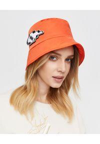 MMC STUDIO - Pomarańczowa czapka z naszywką Orbit. Kolor: pomarańczowy. Materiał: tkanina, guma, bawełna. Wzór: aplikacja. Styl: sportowy