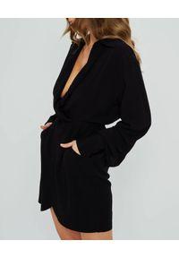 MARLU - Czarna sukienka mini Sisal. Okazja: na randkę, na imprezę. Kolor: czarny. Materiał: elastan, wiskoza. Typ sukienki: kopertowe, asymetryczne. Styl: wizytowy. Długość: mini