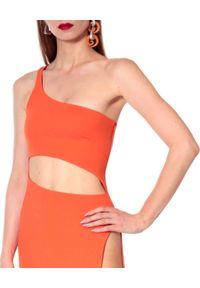 AGGI - Pomarańczowa sukienka maxi Gina. Kolor: pomarańczowy. Materiał: tkanina. Długość rękawa: na ramiączkach. Typ sukienki: asymetryczne, dopasowane. Długość: maxi