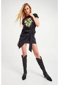 TwinSet - T-SHIRT TWINSET ACTITUDE. Materiał: koronka, elastan, bawełna. Długość rękawa: krótki rękaw. Długość: krótkie. Wzór: nadruk, gładki, koronka