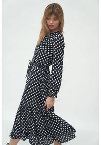 Nife - Długa koszulowa sukienka w gochy z falbaną u dołu. Typ kołnierza: kołnierz z falbankami. Materiał: materiał. Wzór: grochy. Typ sukienki: koszulowe. Długość: maxi