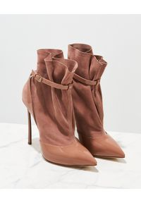 Casadei - CASADEI - Beżowe botki Blade Vogue. Nosek buta: szpiczasty. Zapięcie: pasek. Kolor: beżowy. Materiał: zamsz, lakier. Obcas: na obcasie. Wysokość obcasa: średni