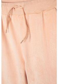 Różowe spodnie dresowe Guess Jeans z aplikacjami, casualowe, na co dzień