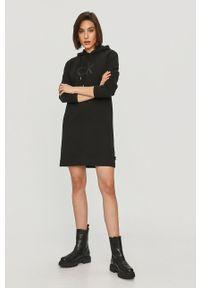 Czarna sukienka Calvin Klein na co dzień, mini, z nadrukiem
