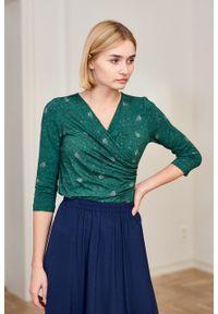 Marie Zélie - Bluzka Estera Arbustum zielona. Okazja: na co dzień. Typ kołnierza: dekolt kopertowy. Kolor: zielony. Materiał: wiskoza, dzianina, materiał, elastan. Styl: elegancki, casual