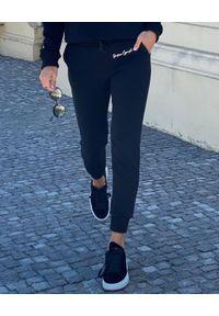 SUSAN SWIMWEAR - Czarne spodnie dresowe. Kolor: czarny. Materiał: dresówka. Wzór: haft. Sport: fitness, turystyka piesza