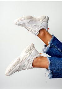 Kremowe buty sportowe Casu na co dzień, z cholewką