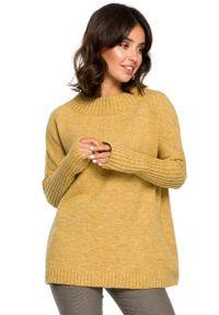 MOE - Musztardowy Oversizowy Sweter z Niewielką Stójką. Typ kołnierza: kołnierzyk stójkowy. Kolor: żółty. Materiał: wełna, poliester, akryl, poliamid